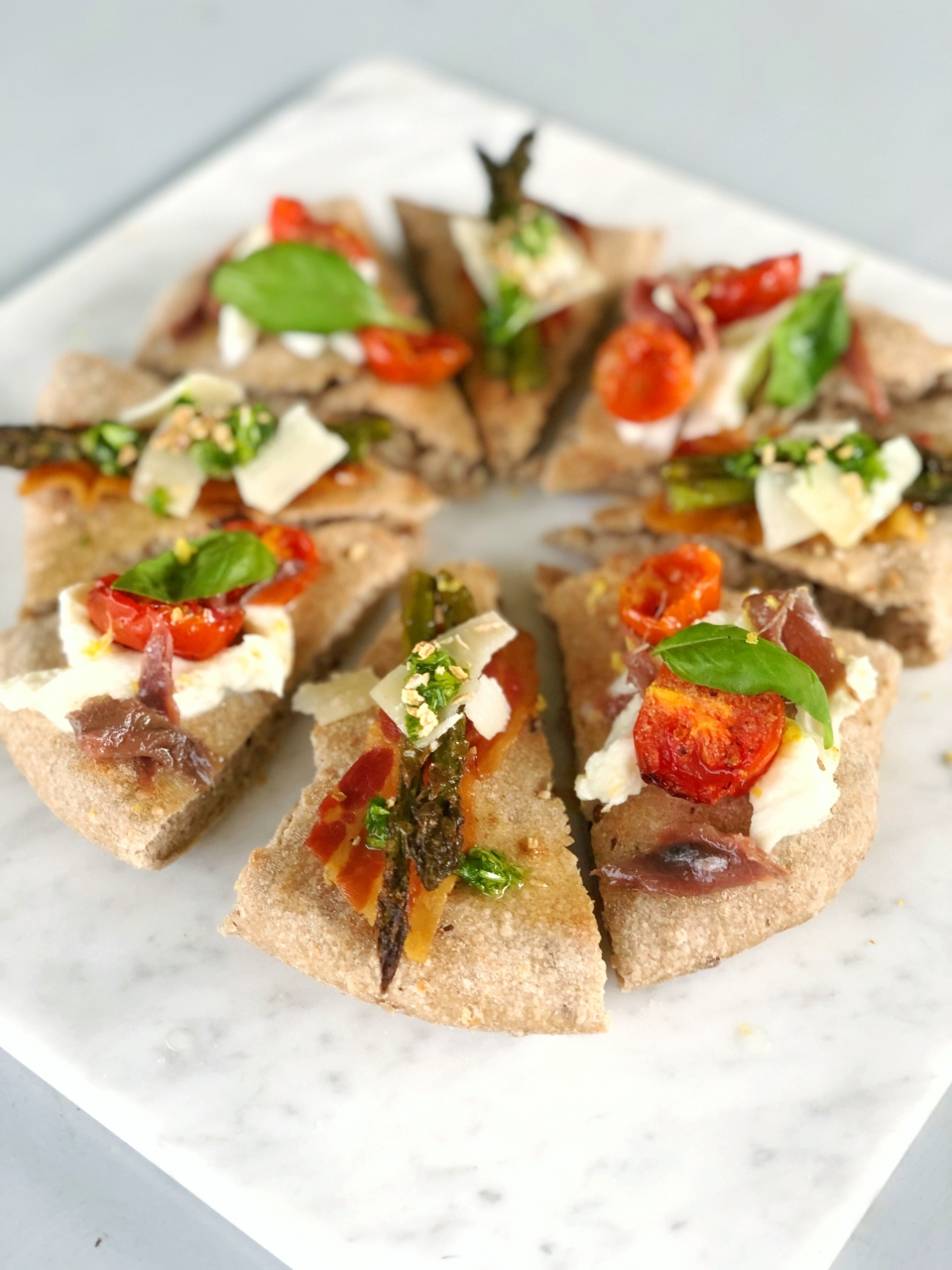 pizza-gourmet-cinque-cereali-whole-cereals-oven-forno-acciughe-anciovies-pomodoro-tomato-confit-basil-basilico-mozzarella-lactose-free-aspaargi-bacon-prezzemolo5