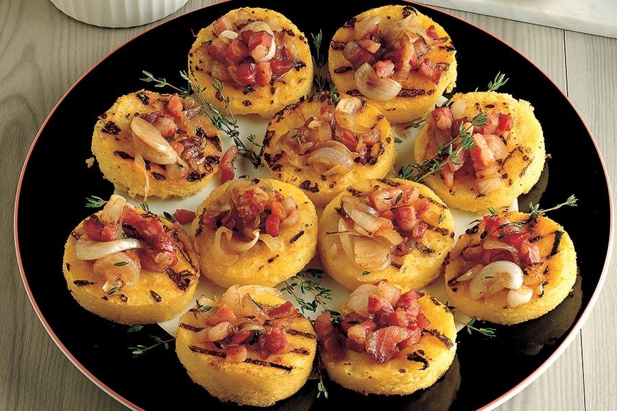 Crostoni-di-polenta-con-cipolla-e-pancetta