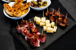 aperitivo a buffet con assaggi di speck e formaggio
